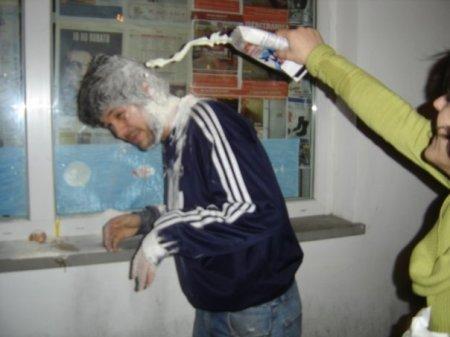 Os argentinos gostam de dar ovada (no melhor estilo aniversário de 12 anos, com leite, farinha e o que mais estiver pra vencer na geladeira) em quem se forma. É engraçado, desde que não espirre ovo em você!